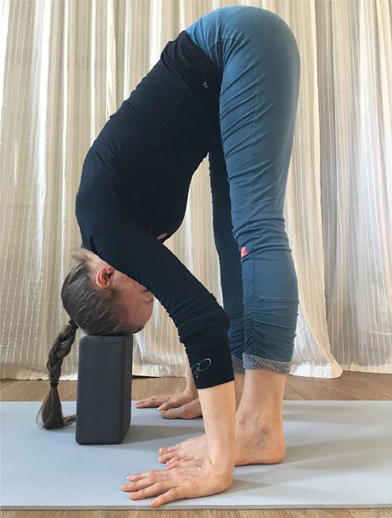 uttanasana met yoga blok